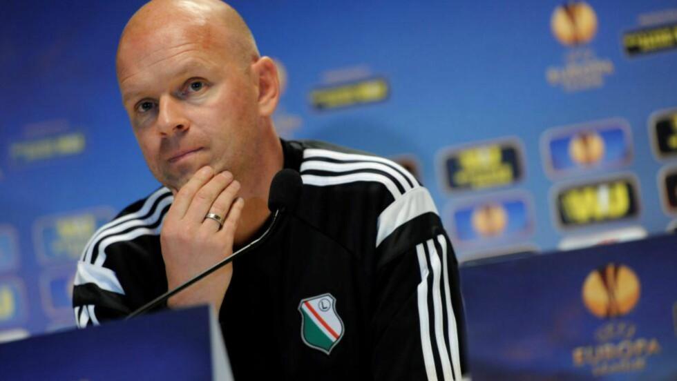 I TOPPEN: Legia Warszawa og trener Henning Berg. Foto: EPA/BARTLOMIEJ ZBOROWSKI POLAND OUT