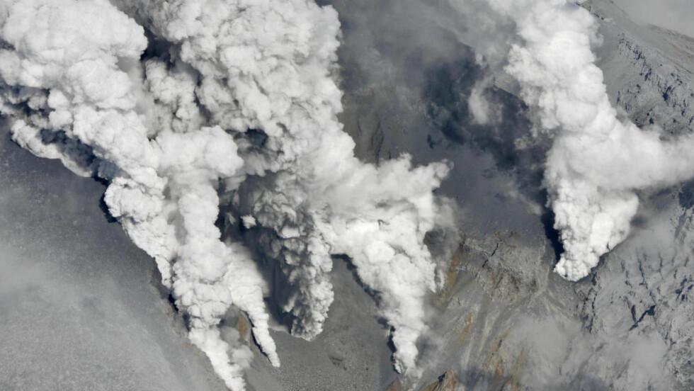 MÅTTE RØMME: Tykke askeskyer er synlige over Mt. Ontake i Japan etter et vulkanutbrudd lørdag. Flere klatrere og turgåere måtte rømme fra vulkanutbruddet. Minst åtte personer skal være skadd, én alvorlig. Foto: SCANPIX/AP/Kyodo News