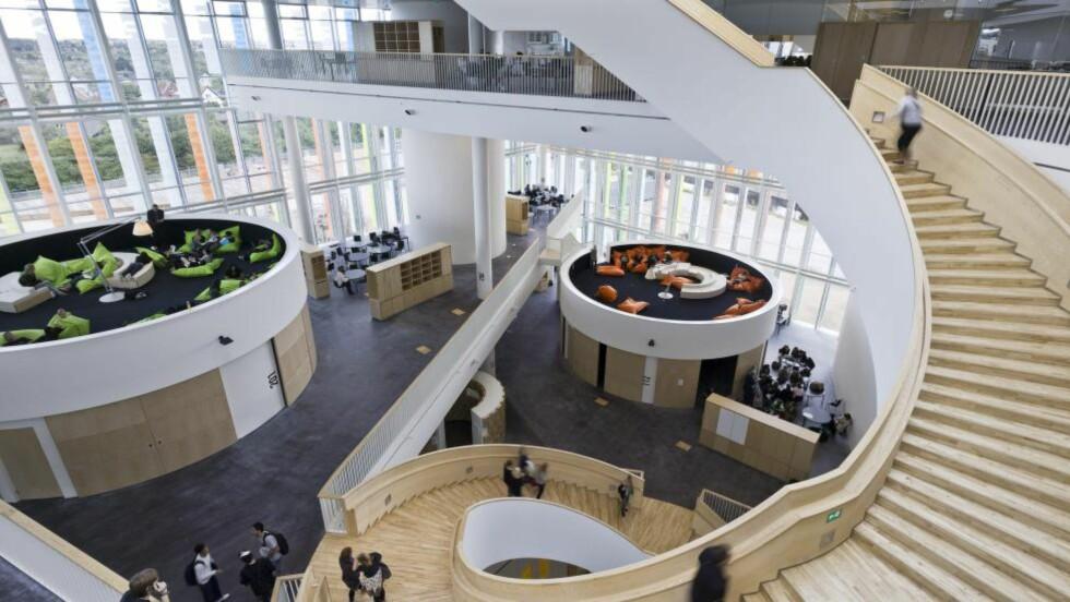 SOSIAL TRAPP: Den spiralformede, breie trappa slanger seg helt opp til takterrassen på Ørestad videregående skole i København. Foto: 3XN / Adam Mørk.