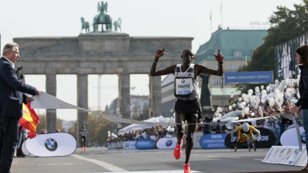 HISTORISK: Dennis Kimetto løp inn til seier under Berlin Maraton. Foto: Markus Schreiber /AP / Scanpix