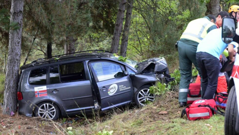 KRASJET: Slik så følgebilen Norge delte med Kroatia ut etter ulykken.  AFP PHOTO / JAVIER SORIANO