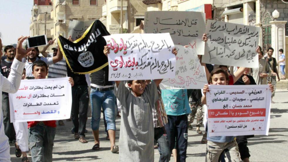 DEMONSTRERER: Syrere demonstrerer mot de amerikansk-ledede flyangrepene mot IS, som de mener treffer andre opprørsgrupper i Syria og sivile. Foto: Stringer / REUTERS / NTB Scanpix