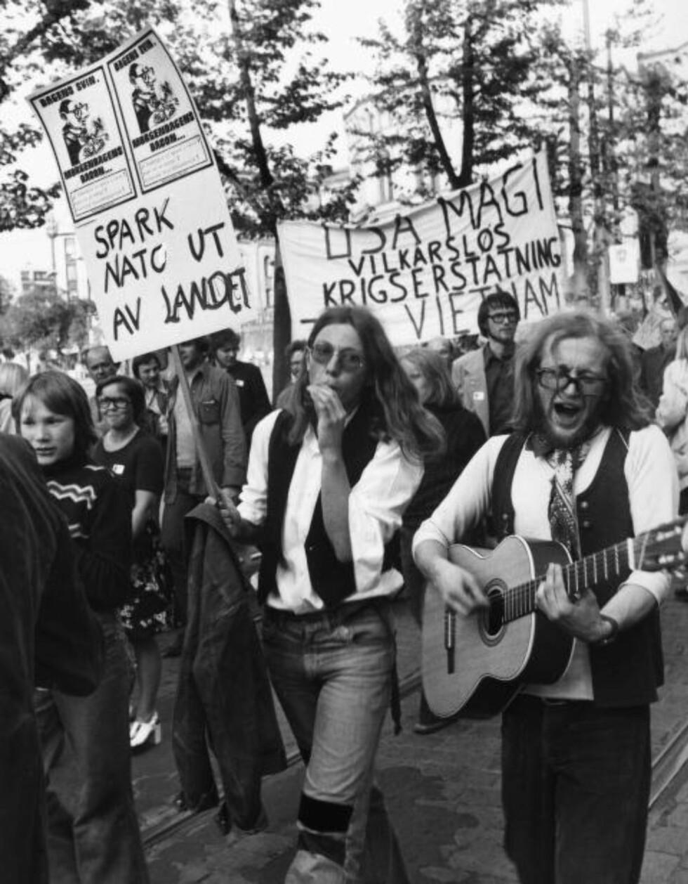 MORGENDAGENS BACON: «Dagens svin. Morgendagens bacon...», sto det på plakatene 19. mai 1976. Svinet var USAs utenriksminister Henry Kissinger, og demonstrantene sang og ropte før de til folks jubel brente en dukke som forestilte Kissinger foran Stortinget. Foto: NTB SCANPIX