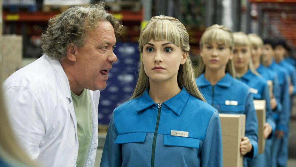 UBLIDT MØTE: I serien «Äkta Människor» erstattes kollegene til Roger (Leif Andrée) av roboter. Foto: SVT