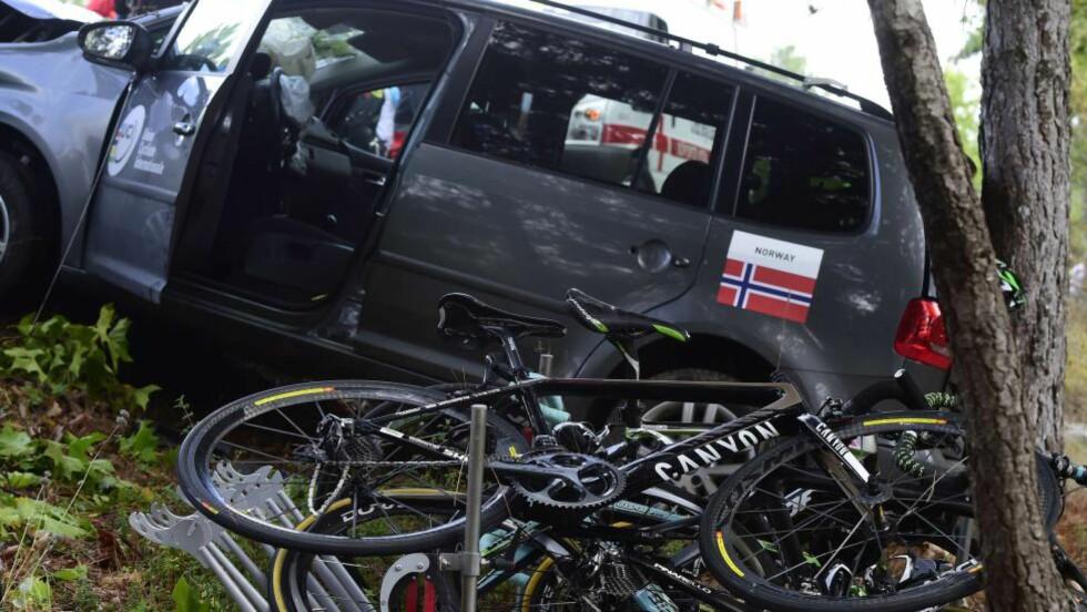 STYGG ULYKKE: Tre personer ble sendt til sykehus etter at den norske servicebilen krasjet under søndagens VM-ritt. Foto: JAVIER SORIANO (Scanpix/Afp)