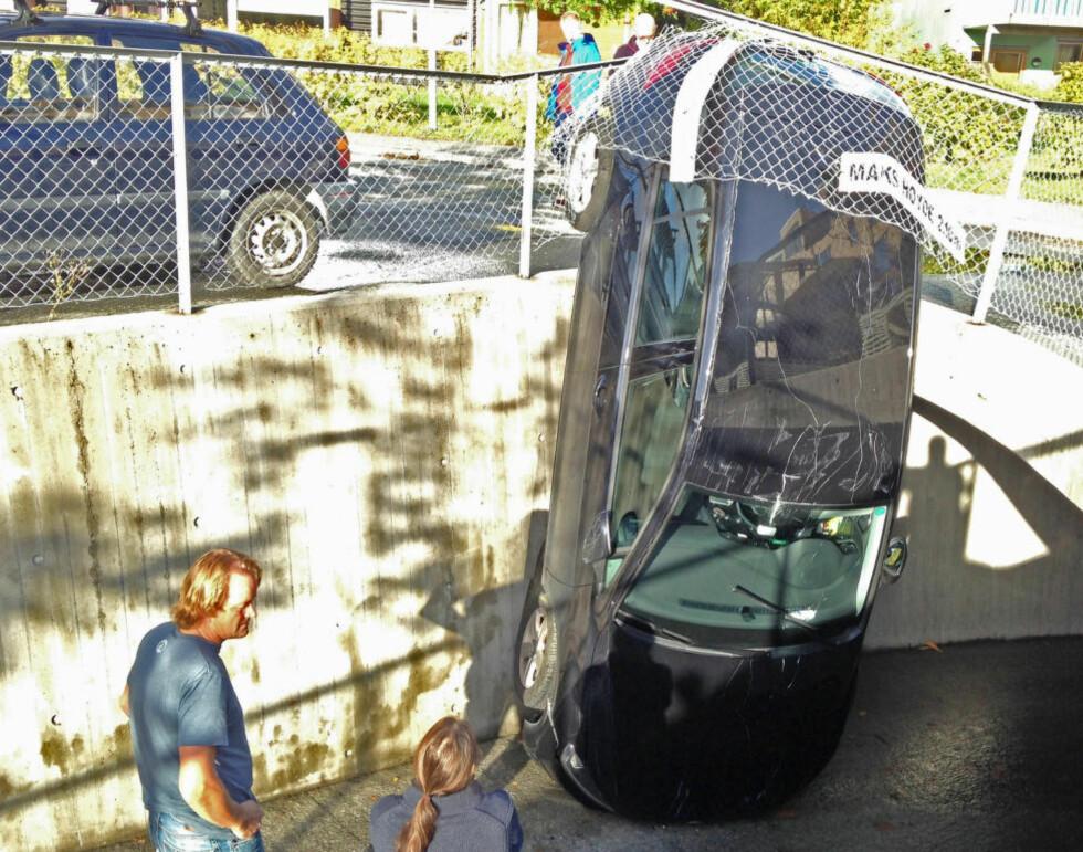 MÅ BERGES: Bilen står nå med fronten i asfalten og må berges. Saken er under etterforskning. Foto: TOR AAGE HANSEN / NTB SCANPIX