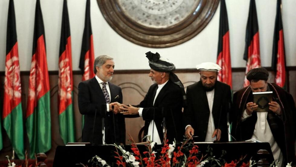 TAS I ED: Ashraf Ghani (nummer to fra venstre) og Abdullah Abdullah under innsettelsesseremonien i Kabul i dag. De to har hatt en bitter kamp om makta, som de nå er enige om å dele. Foto: AP Photo/Rahmat Gul