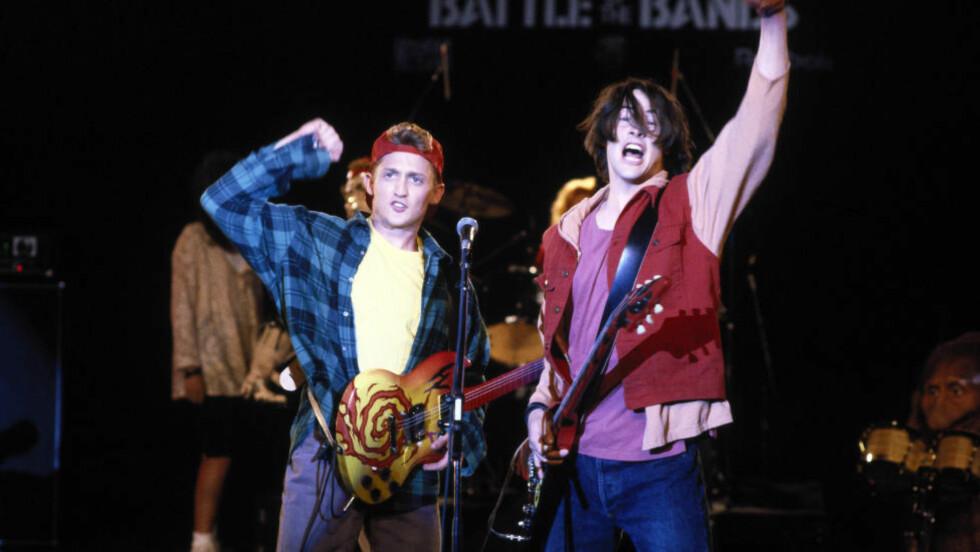 «EXCELLENT!»: Bill (Alex Winter) & Ted (Keanu Reeves) er glade i tidsreiser, rockemusikk og at folk oppfører seg hyggelig mot hverandre. Foto: Stella Pictures