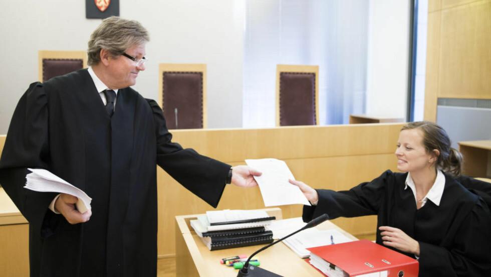 SAKSØKTE UNE:   Familien Ibrahim representert ved advokat Arild Karl Humlen vant ikke gjennom med sitt søksmål i Oslo tingrett. Til høyre i bildet advokat Kirsten Berger.  Foto: Berit Roald / NTB scanpix