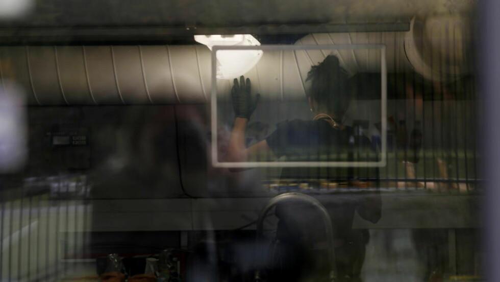 RANSAKING: Her bryter etterforskere opp ventilasjonsanlegget i en av dagligvarebutikkene. Foto: ANITA ARNTZEN