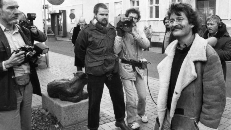 BLE ARRESTERT: 1981 ble den danske forfatteren Arne Herløv Petersen (t.h.) arrestert av Politiets sikkerhetstjeneste og siktet for å ha jobbet for KGB. I 1982 besluttet daværende justisminister Ole Espersen at saken skulle avsluttes med påtaleunnlatelse. Foto: NTB SCANPIX