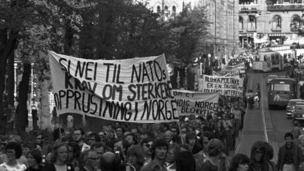 NATO-MOTSTANDERE: 19. mai 1976 demonstrerte nordmenn mot Natos ministerrådsmøte i Oslo. Ifølge Mitrokhin-arkivet ble demonstrasjonen organisert av to KGB-kontakter. De to har kodenavn og «Gel» og «Khig», og i Mitrokhin-arkivet står det at de to er SV-politikere. Foto: NTB SCANPIX