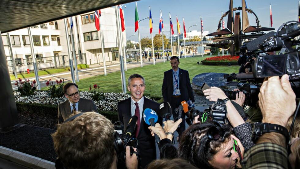 PÅ PLASS: Jens Stoltenberg er på plass i NATO. Han ble tatt i mot av visegeneralsekretær Aleander Versbow, og er nå i gang med møter.. Foto: Lars Eivind Bones / Dagbladet