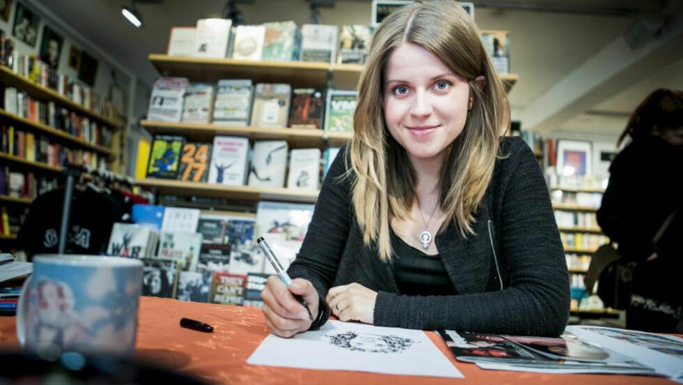 FLERE FANS:  Lina Neidestam signerer tegneseriealbum hos bokhandleren Tronsmo i Oslo. - Første gang jeg var her var det ingen som kom, forteller hun. Denne gangen kom det heldigvis flere.  Foto: Christian Roth Christensen / Dagbladet