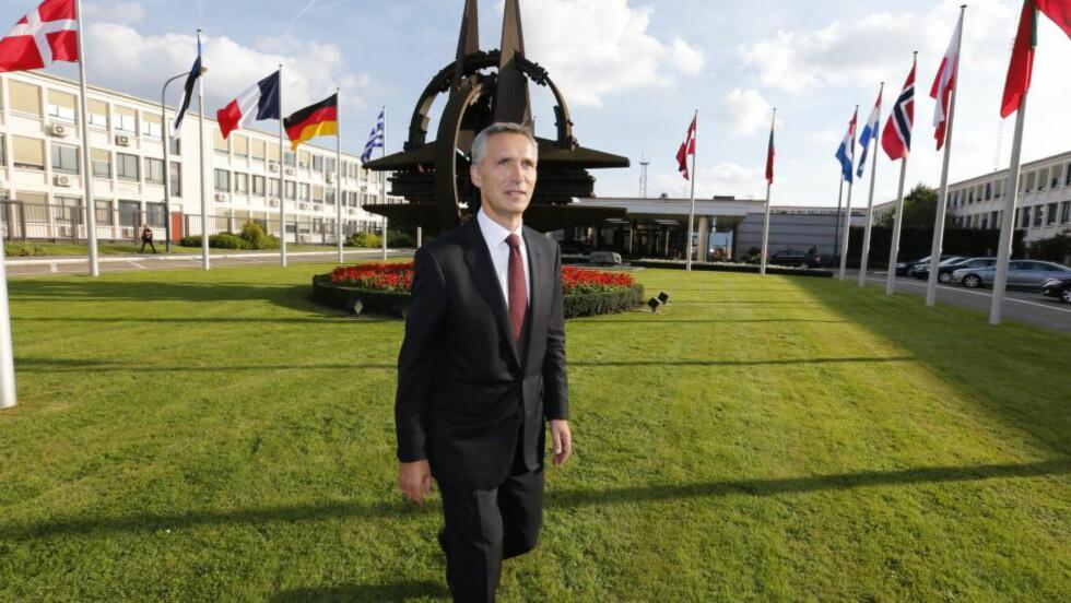 HOLDT PRESSEKONFERANSE: Jens Stoltenberg holdt sin første pressekonferanse for norsk presse NATOs hovedkvarter etter tiltredelsen som ny generalsekretær i dag. Foto: Lise Åserud / NTB scanpix
