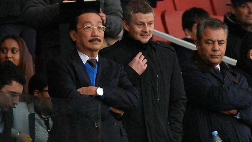 VURDERER Å SELGE: Cardiff City-eier Vincent Tan har brukt rundt 2 milliarder kroner på klubben. Nå åpner han for salg. Foto:  AFP PHOTO/BEN STANSALL
