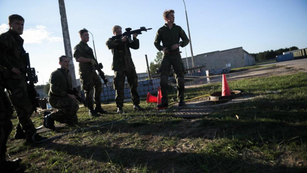 KALIBRERING: Utstyr kalibreres dagen før Nato-øvelsen «Silver Arrow» starter for alvor på Adazi militærbase i Latvia. De 190 norske soldatene er Mekanisert infanterikompani 3 (Mek 3), og utgjør én av fem avdelinger i Telemark bataljon. Foto: Håkon Eikesdal / Dagbladet