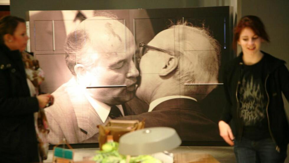 """JUDAS KYSS: Erich Honecker mente etterpå at DDR-statens sammenbrudd var """"drittsekken Gorbatsjovs"""" skyld.  Her kysser de to statslederne hverandre i anledningen av 40-års markeringene for grunnleggingen av DDR - få uker før Murens fall.  Bildet er tatt på DDR-museet i Berlin. Foto:Asbjørn Svarstad"""