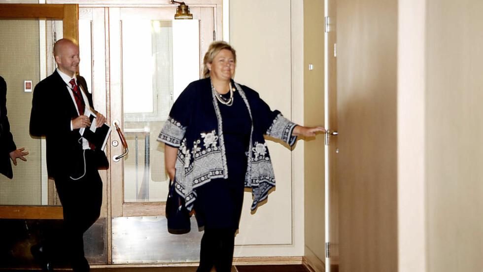 OL-DRAMA: Høyre-leder og statsminister Erna Solberg på vei inn til det som ble et høydramatisk møte i partiets stortingsgruppe. Foto: Jacques Hvistendahl / Dagbladet