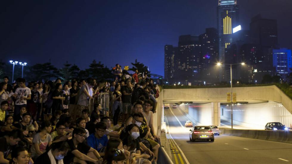 DEMONSTRERER: Demonstranter har i dag blokkert områder utenfor Leung Chun-yings kontorer. Foto: REUTERS/Tyrone Siu