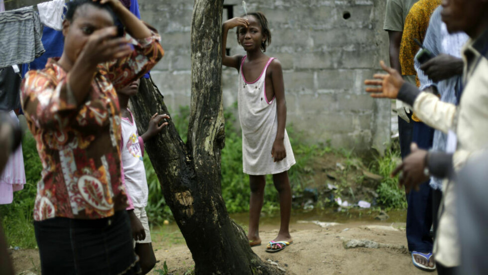 SØRGER Ni år gamle Mercy Kennedy fra Monrovia i Liberia må sørge alene over moren som nettopp har dødd av ebola. Foto: Jerome Delay / AP Photo / NTB Scanpix