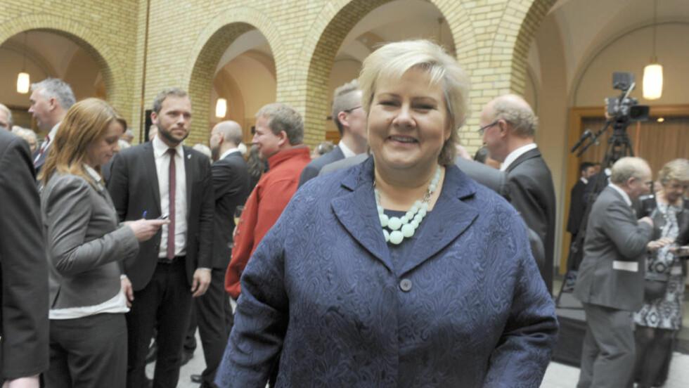 BLÅNISSE PÅ TAKET: Statsminister Erna Solberg blir framstilt sim nisse i Aslak Borgersruds nye plate Foto: Terje Pedersen / NTB scanpix