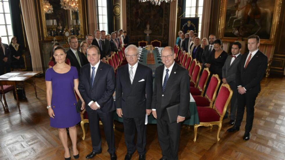 ELEFANTEN I ROMMET: Sveriges nye regjering på slottet i dag etter å ha lagt fram regjeringserklæringen. Foto: Anders Wiklund/ TT / NTB scanpix