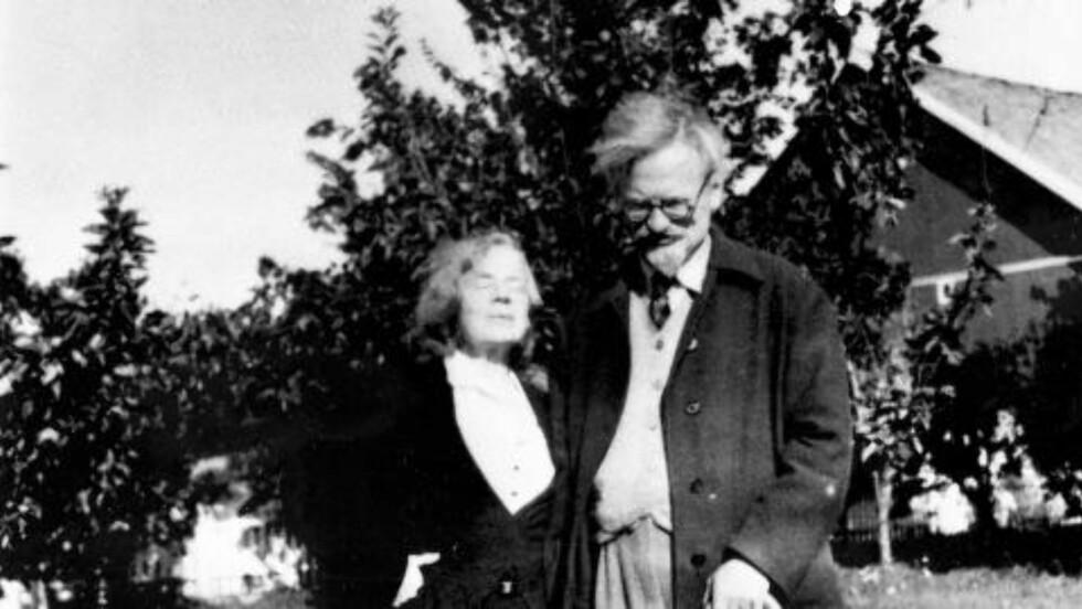 SKULLE DREPES: Lev Trotskij og hustruen Natalia Sedova rømte til Norge. Her er de utenfor Sundby på Storsand i Hurum. Trotsky kalte det for «Sundby Prison». i 1936 ble han utvist fra Norge på grunn av ulovlig politisk virksomhet. Han fikk politisk asyl i Mexico, dit han dro etterpå. I 1940 ble KGB-agenten Iosif Grigulevich sendt til Mexico for å drepe Trotskij. Drapsforsøket lyktes ikke. 20. august seinere samme år ble Trotskij slått i hjel med en isøks av en annen KGB-agent, Ramón Mercader. FOTO: NTB / SCANPIX