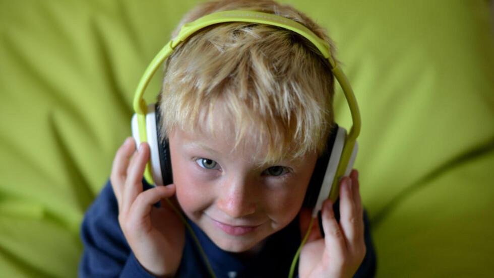 ROPER VARSKU: Én av fem nordmenn vil være hørselshemmet om få år. En av synderne er hodetelefoner. Foto: Frank May / NTB Scanpix