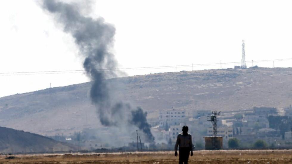 ANGREP: Kurdiske militser kjemper mot IS-militanter i den Syriske byen Kobani ved grensen til Tyrkia. Foto: SCANPIX/EPA/SEDAT SUNA