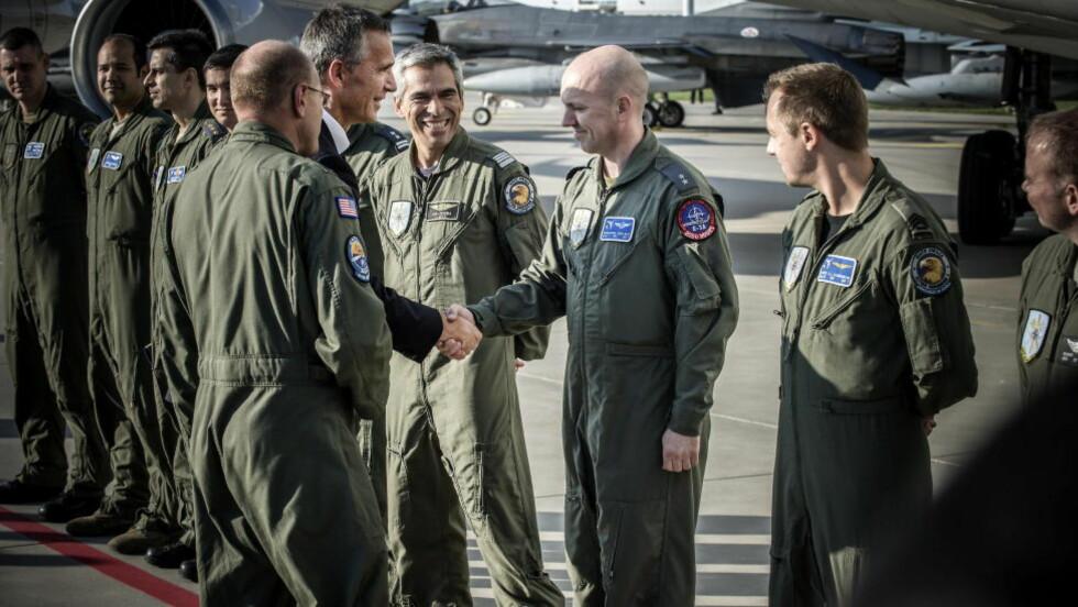 FIKK TAKK: Oddbjørn Knutsen (44) fra Bodø og resten av mannskapet på AWACS-flyet han patruljerer i, ble personlig takket av Natos generalsekretær Jens Stoltenberg under besøket på Lask-flybasen i dag. Foto: ØISTEIN NORUM MONSEN / DAGBLADET