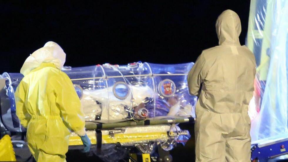 EBOLASMITTET: 75 år gamle Miguel Pajares taes imot av Spanias dyktigste helsepersonell ved ankomst Madrid, etter at han ble smittet av Ebola i Liberia. Nå melder Reuters at en av pleierne som behandlet ham selv er blitt smittet. Foto: AFP / NTB scanpix
