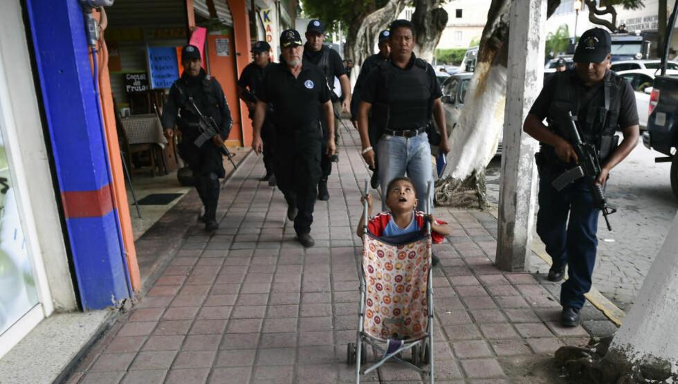 AVVÆPNES:  Myndighetene i Mexico avvæpner politiet i byen Iguala sør i landet, der 43 studenter fryktes drept. Foto: AFP.