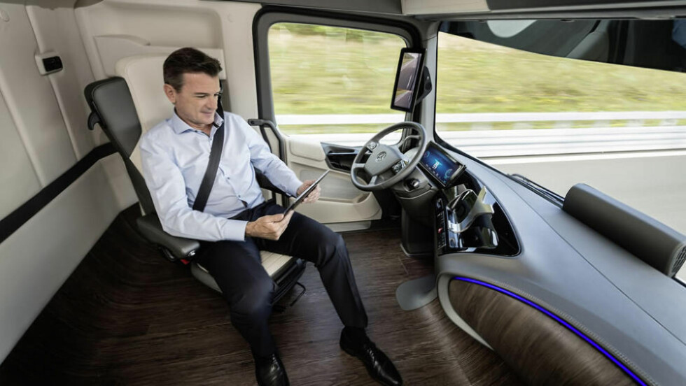 KJØRER SELV: Mercedes-Benz har prøvd ut den nye teknologien på tyske veier, hvor sjåføren kan gjøre helt andre ting enn å holde i rattet. Foto: MERCEDES-BENZ