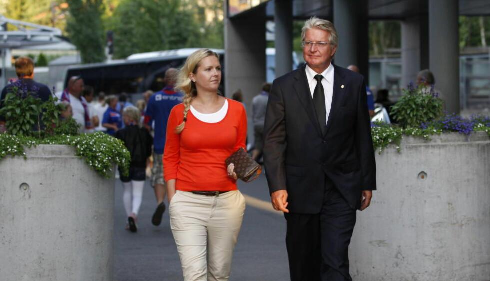 INHABIL: Oslo-ordfører Fabian Stang og kona Catharina Munthe på fotballkamp i Oslo. Nå må hun trekke seg fra jobben som politisk rådgiver o Kulturdepartementet. Foto: Erlend Aas / Scanpix