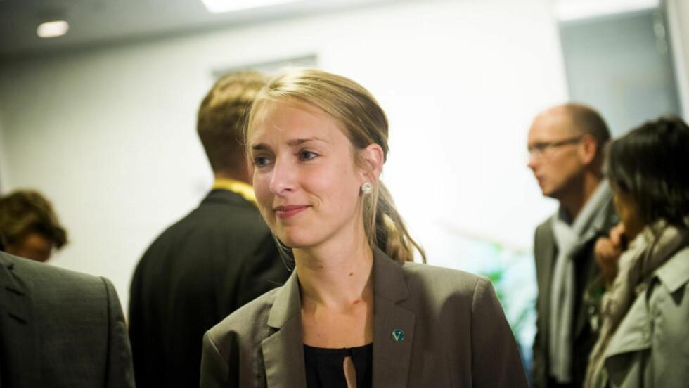 STEMMER NED ASYLBARNFORSLAG: Venestres justispolitiske talskvinne Iselin Nybø ble beroliget av Anders Anundsen i går. Foto: Fredrik Varfjell / NTB scanpix
