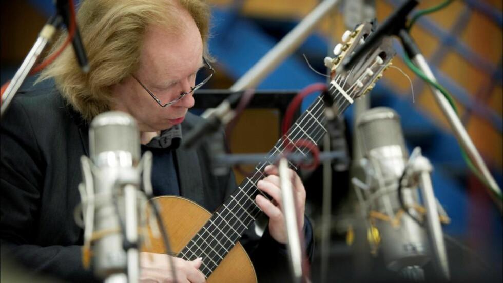 INTERNASJONAL: Stein-Erik Olsen har vært i toppsjiktet blant verdens klassiske gitarister i 30 år. Med albumet «Havana - Rio - Moscow» er han den første norske solisten som lager plate med det anerkjente engelske kammerorkesteret Academy of St Martin in the Fields. Her fra innspilling u Abbey Road-studioet i London. Foto: Sim Carnetty-Clarke / Simax / Handout/NTB Scanpix
