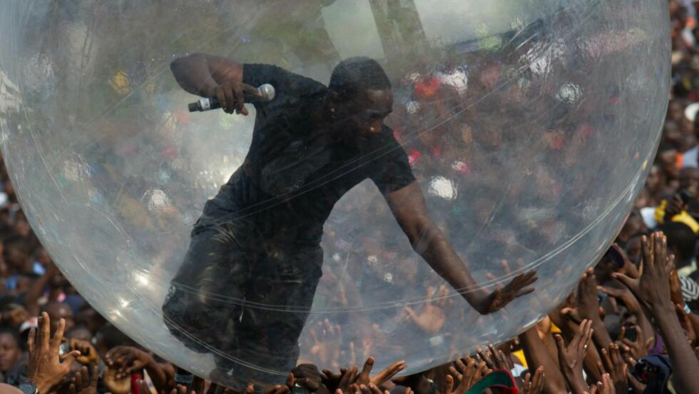STERKE REAKSJONER: Etter at Akon satte seg i denne plastballen under en konsert i Goma, har han måtte tåle harde anklager. Foto: NTB Scanpix