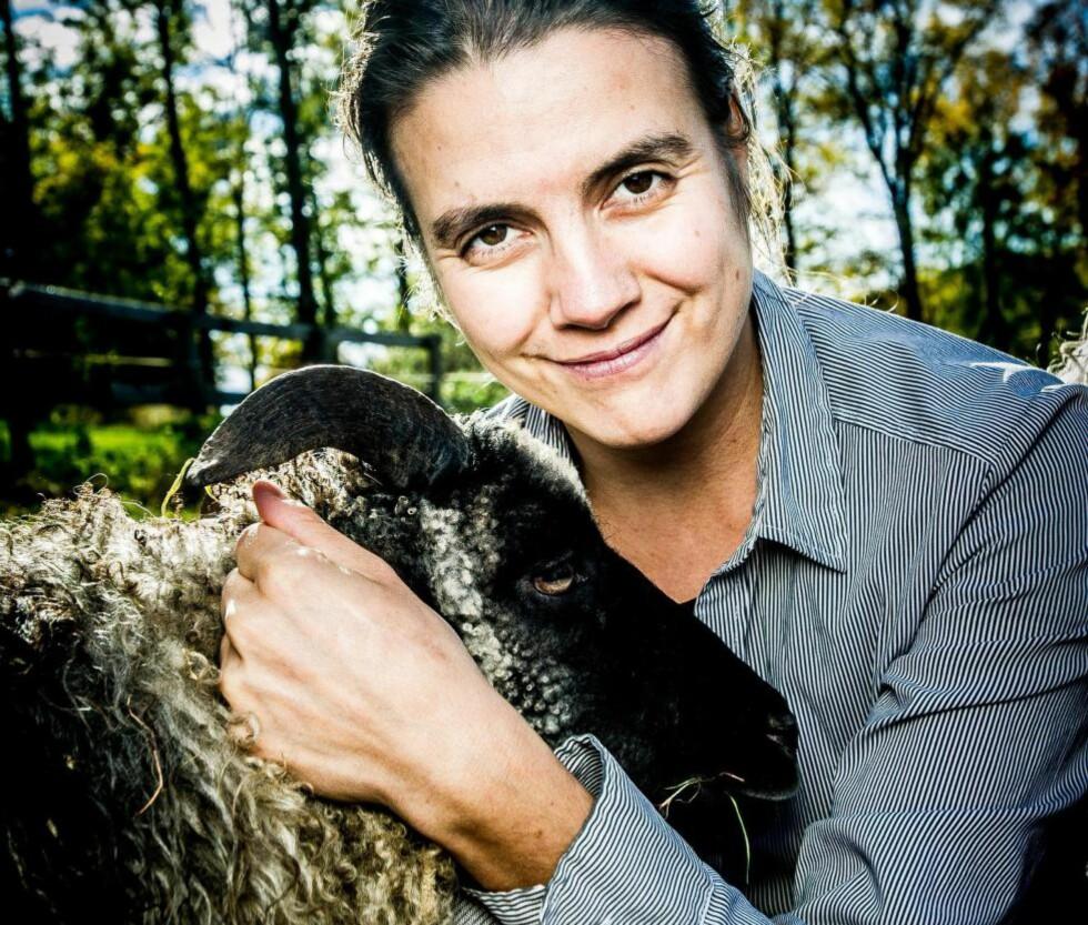 ÅLREITE: -  Vi må vokte oss for hvordan vi snakker om dyr og framstiller dem på bilder, mener Martinsen. «Flokkdyr» ser hun som et honnørord. - Men sauer er veldig individualistiske. Foto: THOMAS RASMUS SKAUG