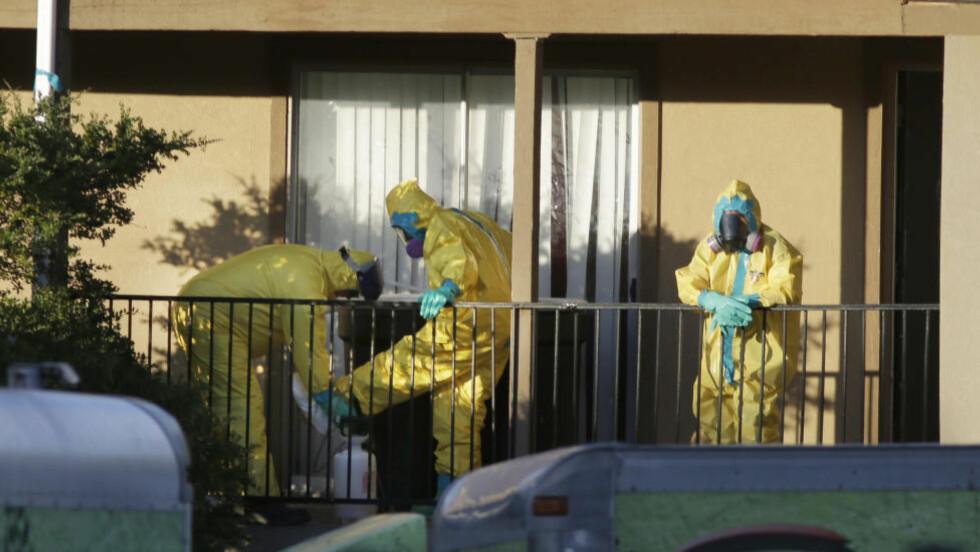 SMITTET I LIBERIA:  Amerikaneren reiste fra Liberia 19. september og utviklet symptomer på ebola kort tid etter ankomst i USA. Her jobber helsearbeidere inne i leiligheten hvor mannen bodde i Dallas, USA. Foto: LM Otero / AP Photo / NTB Scanpix