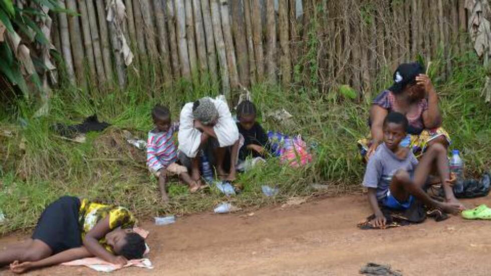 VENTER PÅ HJELP:  Her venter syke beboere utenfor et nyåpnet senter kalt Island Clinic i Liberias hovedstad Monrovia 23. september. Foto: Zoom Dosso / AFP Photo / NTB Scanpix
