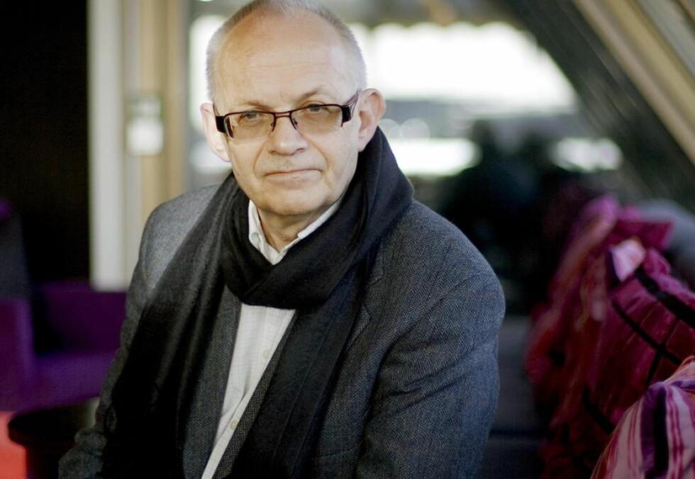 FRA KRIM TIL KRIG:  Den kritikerroste krimforfatteren og historikeren Jørgen Gunnerud har skrevet et spenningsdrama fra Finnmark høsten 1942.  Foto: TORBJØRN GRØNNING