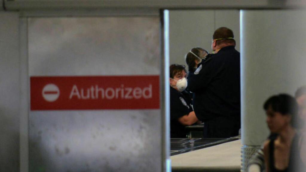 GJØR SOM USA:  USA innførte i går ebola-sjekk på flyplasser, og nå skal også Storbritannia innføre sjekk av passasjerer på Heathrow, Gatwick og Eurostar. Bildet viser screening-området på Newark airport på lørdag 4. oktober. Foto: Viorel Florescu / Northjersey.com / AP Photo / NTB Scanpix