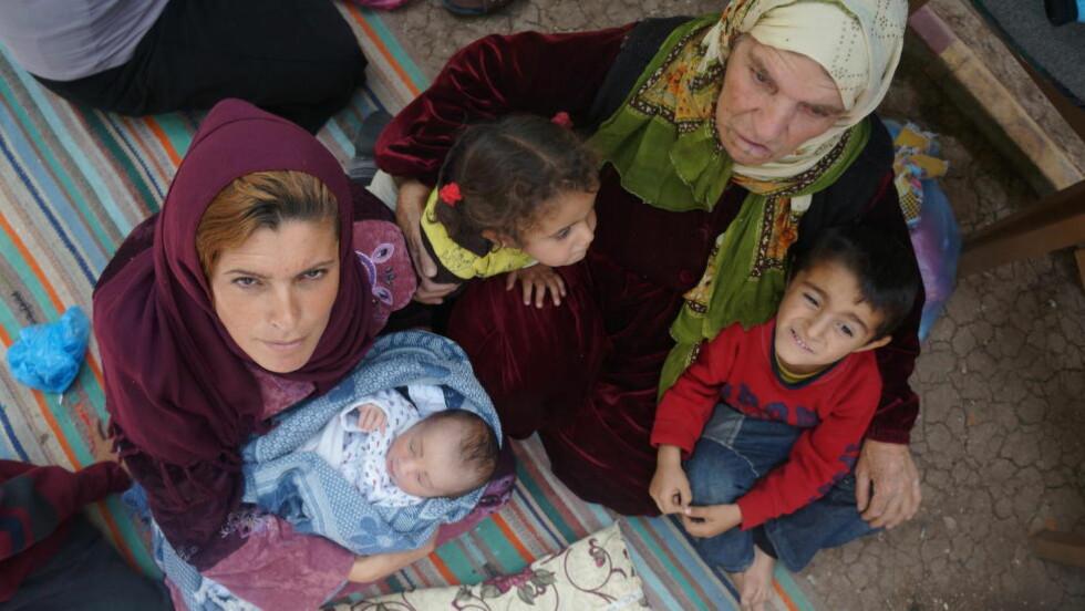 -VI YDMYKES: Shamsa Yousef (30) kom til Tyrkia for to dager siden, etter å ha flyktet til byen Serec fra den syriske byen Kobani. Kobani er under kraftige angrep fra Den islamske stat (IS), og Shamsa rakk akkurat å komme seg i sikkerhet i Tyrkia, før sønnen Yousef ble født. Foto: Kassem Hamadé