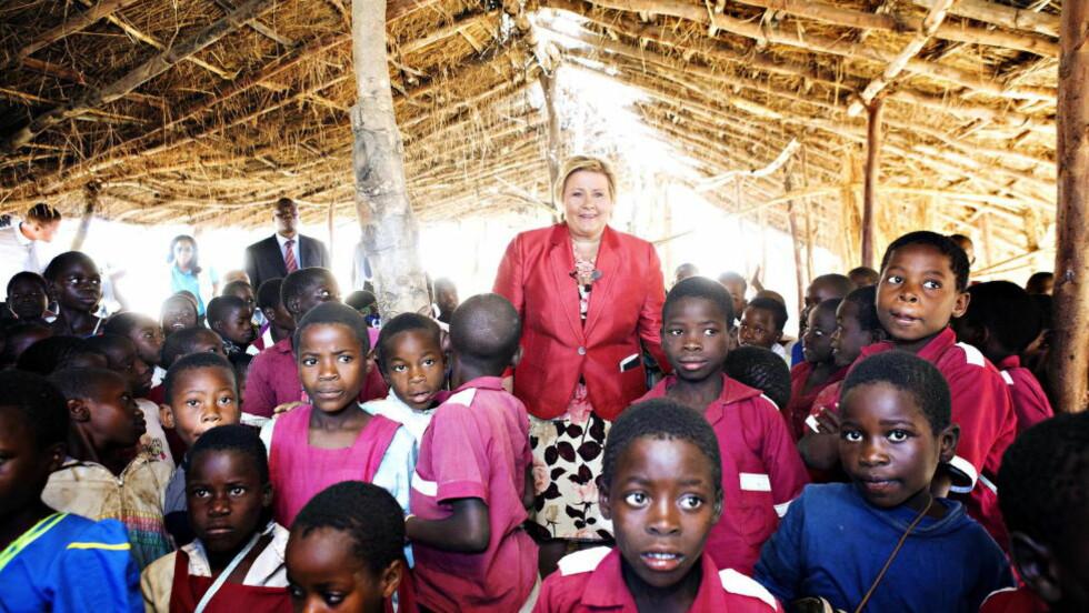 JENTERS UTDANNING: Rett til utanning for jenter er en hjertesak for Erna Solberg. Her besøker hun en barneskole i Lilongwe i Malawi. Solberg er også Foto: Nina Hansen / Dagbladet