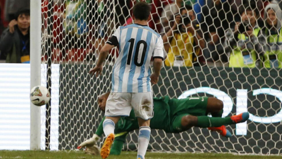 BOM: Brasil-keeper Jefferson stopper straffesparket til Lionel Messi. Foto: NTB Scanpix