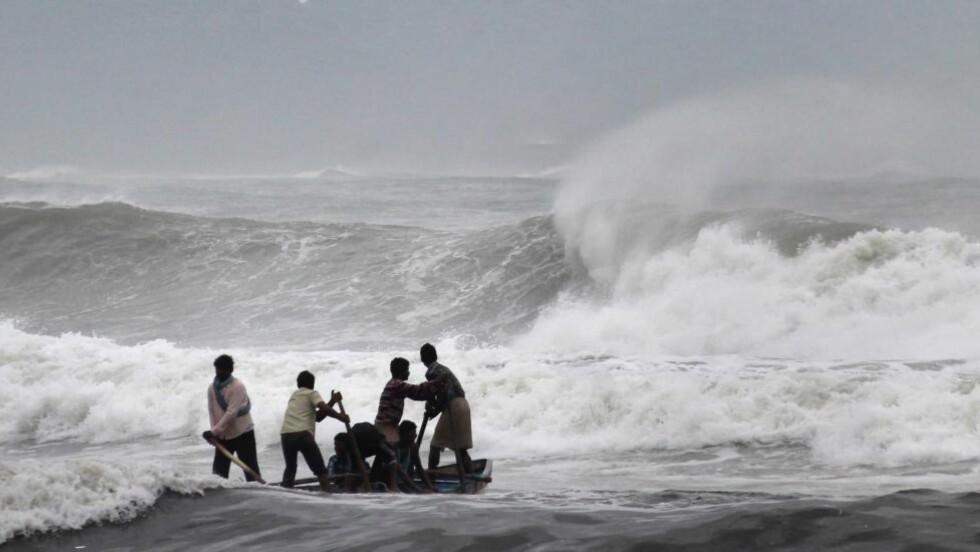 SYKLON ER VENTET Å TREFFE LAND: Hundretusener er evakuert i India. Foto: AFP PHOTO/STR/NTB scanpix