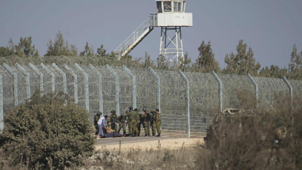 VED GRENSA: Israelske soldater på Golanhøydene skal ha vært vitne til at Nusrafronten fikk løsepenger for de 45 FN-soldatene de holdt fanget tidligere i høst. Foto: REUTERS/Baz Ratner