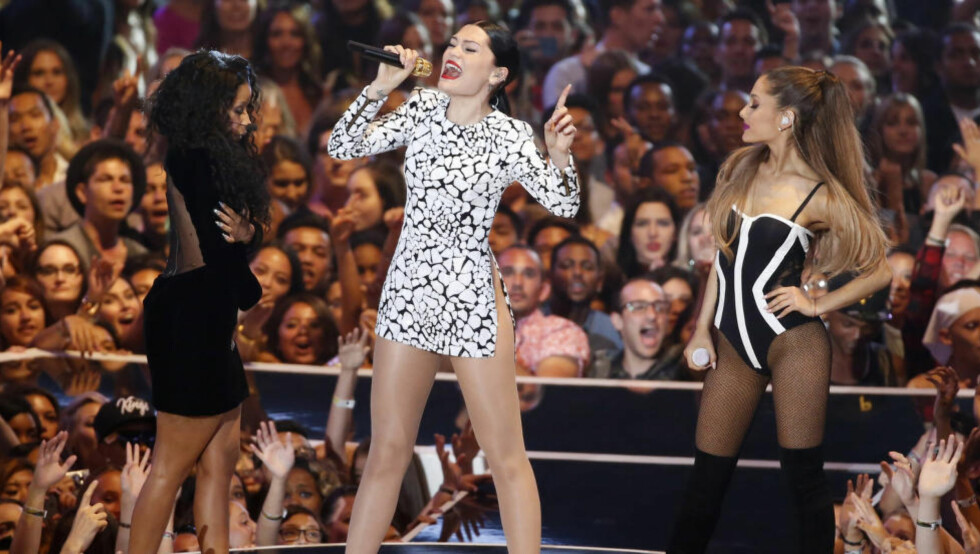 SUPERTRIO: Artistene Nicki Minaj, Jessie J og Ariana Grande framfører låta «Bang Bang» under MTV Video Music Awards i august. Foto: Lucy Nicholson / Reuters / NTV Scanpix