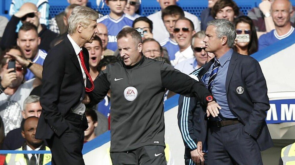 RIVALER: Arsene Wenger og Jose Mourinho har aldri vært perlevenner, og forrige helg røyk de to igjen i tottene på hverandre. Om enn kanskje litt mer fysisk enn deres tidligere krangler. Foto: AFP PHOTO/ADRIAN DENNIS/NTB SCANPIX